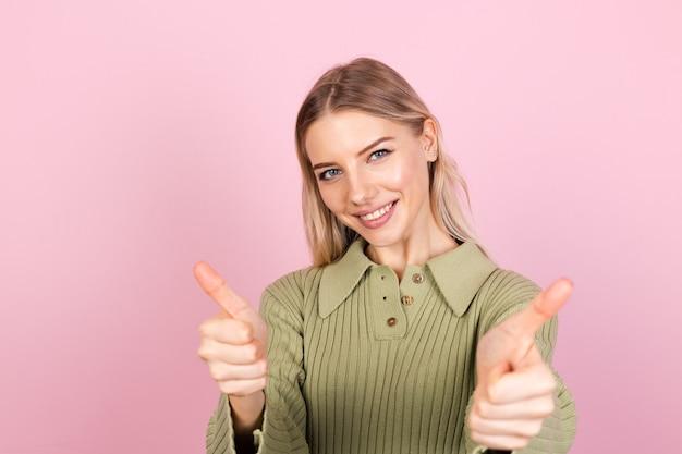 Vrij europese vrouw in casual sweater op roze muur