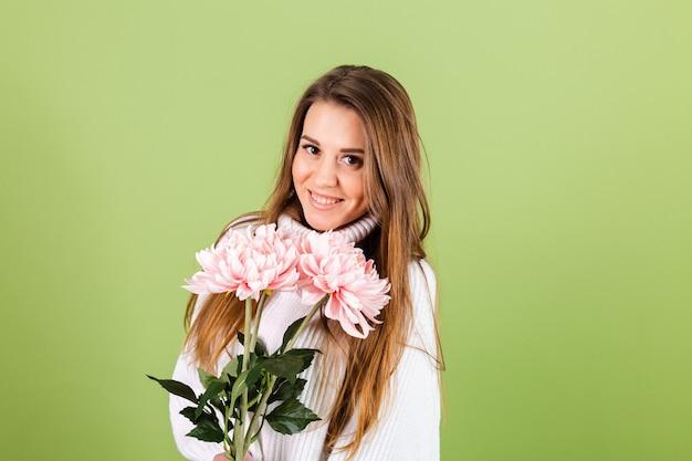Vrij europese vrouw in casual witte trui geïsoleerd, romantische blik met boeket roze bloemen met glimlach