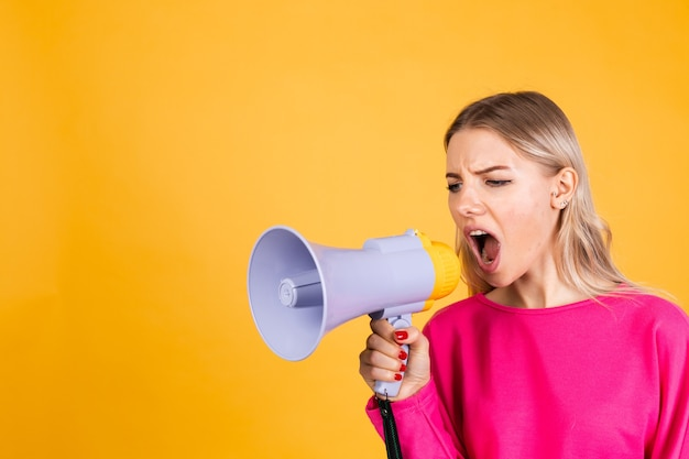 Vrij europese vrouw in roze blouse op gele muur