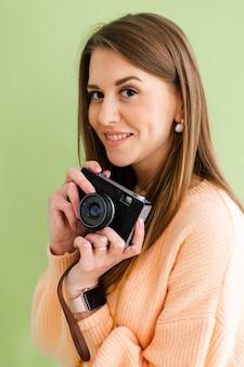 Vrij europese vrouw met fotocamera in handen positieve glimlach gelukkig