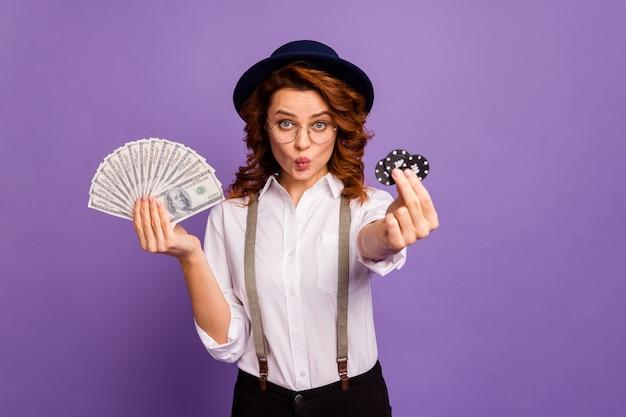 Vrij flirterige casino dealer dame houd pokerfiches geld stuur een kus