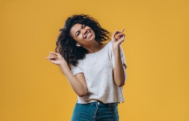 Vrij geïsoleerde afro amerikaanse vrouw. Premium Foto