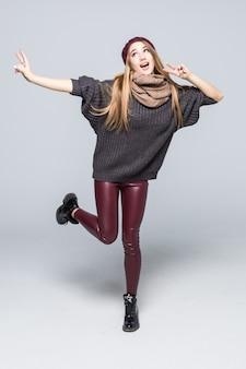 Vrij gelukkig lachend jong model in ouderwetse vrijetijdskleding donkere trui op wit met schaduwen