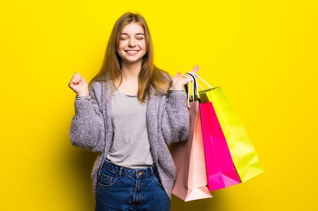 Vrij gelukkig opgewonden tienermeisje met kleur boodschappentassen