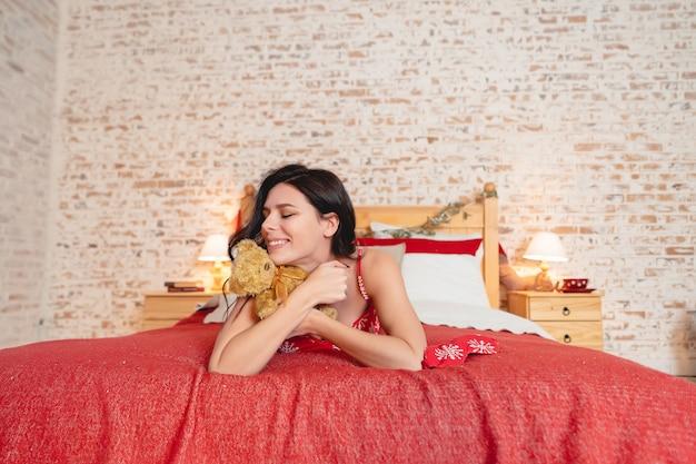 Vrij gelukkige vrouw op het bed thuis