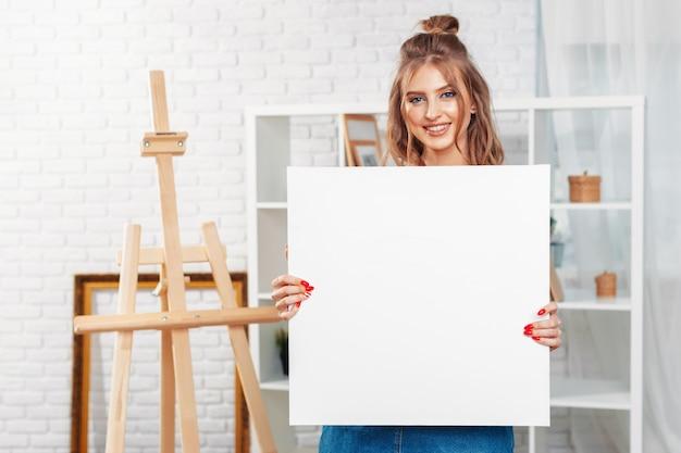 Vrij getalenteerde vrouwelijke schilder schilderij op ezel