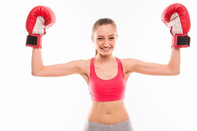 Vrij glimlachend meisje in rode bokshandschoenen