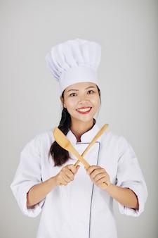 Vrij glimlachende jonge aziatische kok