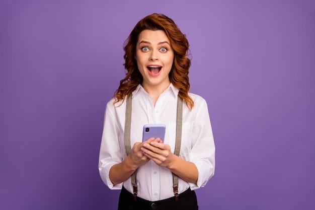 Vrij grappig open mond dame wacht telefoontoestel online weddenschappen