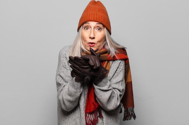 Vrij hogere vrouw die de winterkleren draagt.