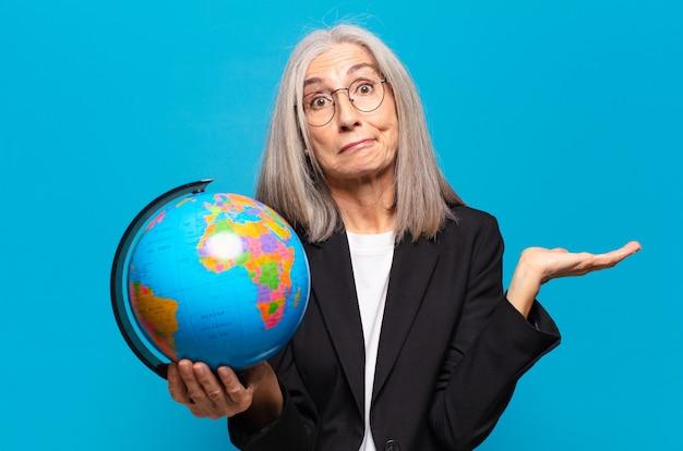Vrij hogere vrouw met een aardebol. wereld concept