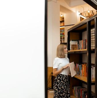 Vrij jong meisje dat bij de bibliotheek denkt