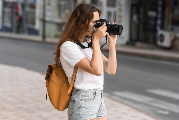 Vrij jong meisje dat foto's op vakantie neemt