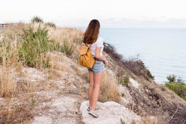 Vrij jong meisje dat van vakantie geniet
