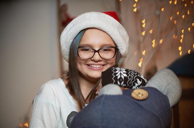 Vrij jong meisje het besteden kerstmisvooravond thuis