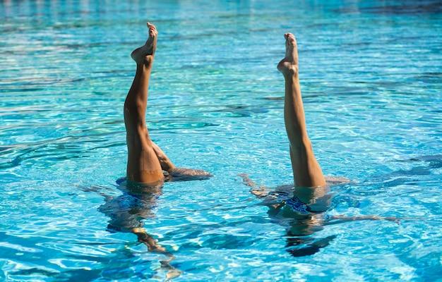 Vrij jonge meisjes die in het water stellen