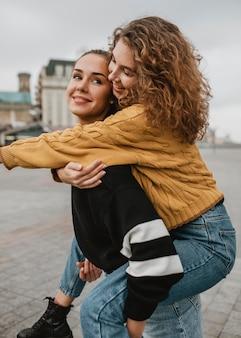 Vrij jonge meisjes die samen plezier hebben