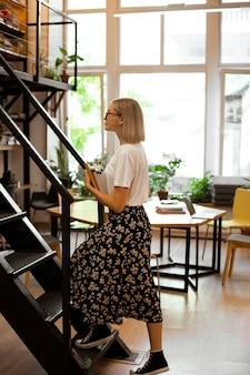 Vrij jonge vrouw bij de bibliotheek