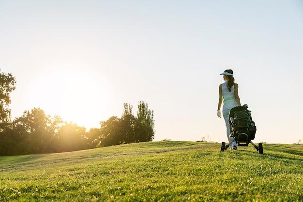 Vrij jonge vrouw die golf speelt. golfconcept.