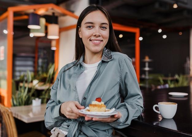Vrij jonge vrouw die van een koffiepauze geniet