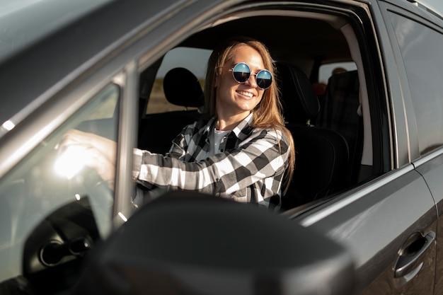 Vrij jonge vrouw die van roadtrip geniet