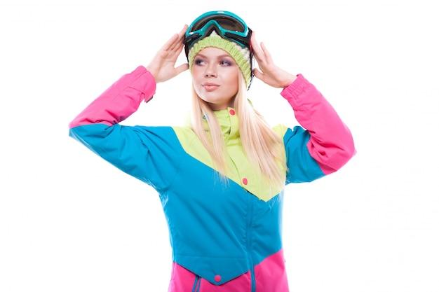 Vrij jonge vrouw in skiuitrusting en skiglazen