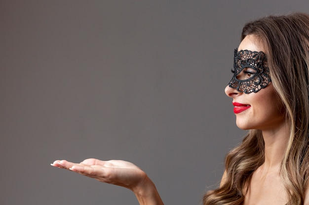Vrij jonge vrouw met carnaval-masker