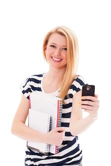 Vrij jonge vrouw met mobiele telefoon