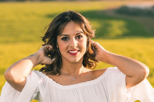 Vrij jonge vrouw op aardachtergrond - sluit omhoog gezichtsportret