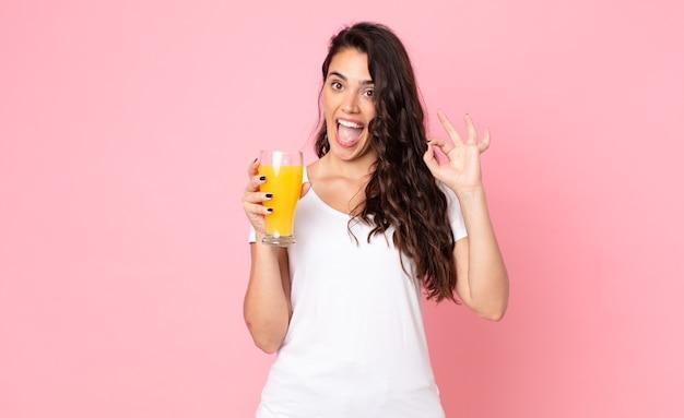 Vrij jonge vrouw. sinaasappelsap concept