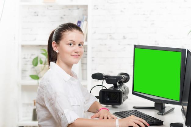 Vrij jonge vrouw video-editor