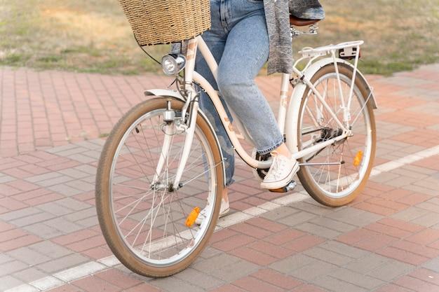Vrij jonge vrouwen berijdende fiets