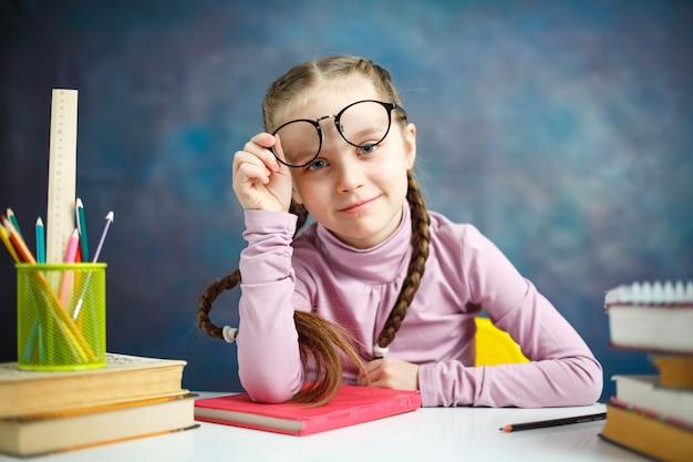 Vrij kaukasisch lage schoolmeisje