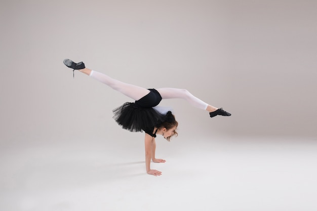 Vrij klein meisje dat gymnastiek doet