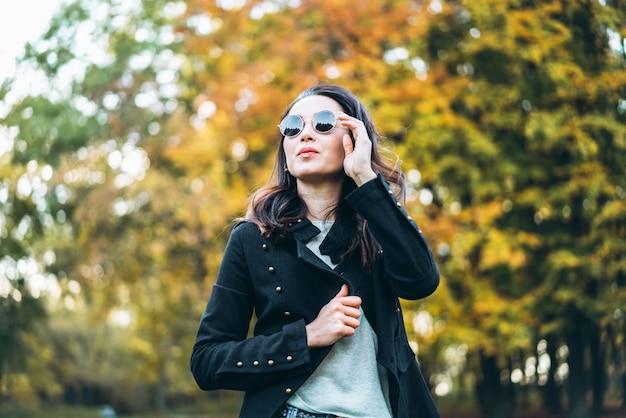 Vrij lang haar brunette meisje ontspannen in het park
