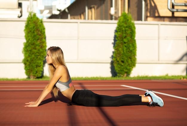 Vrij langharige sportieve vrouw die op de tennisbaan uitoefent
