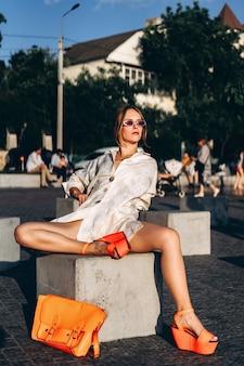 Vrij modieuze vrouw poseren buiten op straat