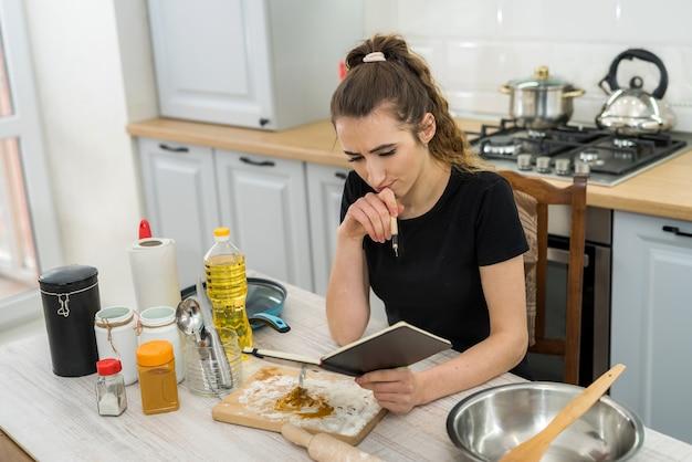 Vrij mooie dame gekookt diner op keukentafel. gezond eten