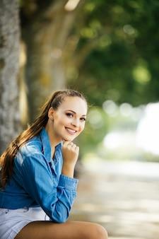 Vrij mooie jonge vrouw die in park rust