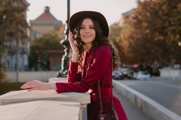 Vrij mooie stijlvolle vrouw in paars pak wandelen in de stad straat, lente zomer herfst seizoen modetrend dragen hoed, portemonnee te houden