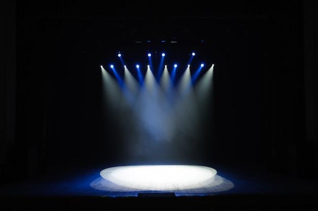 Vrij podium met verlichting, verlichtingsapparatuur. nachtshow.