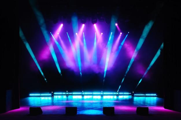 Vrij podium met verlichting, verlichtingstoestellen, gekleurde spots.
