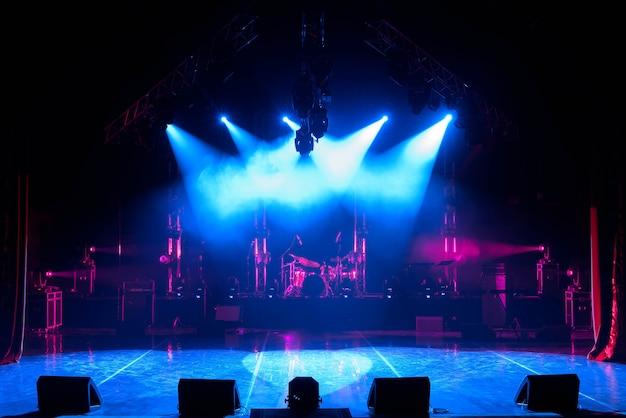 Vrij podium met verlichting