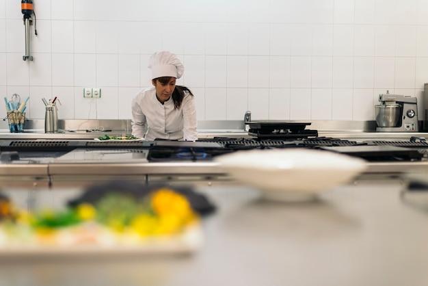 Vrij professionele chef-kok koken in een keuken.