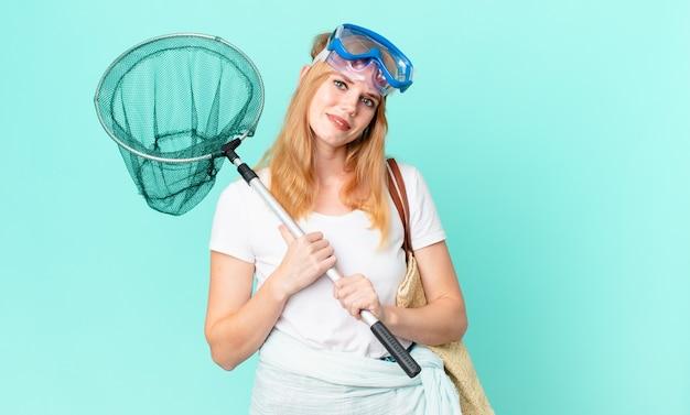 Vrij roodharige vrouw met een vissersnet en beschermende brillen.