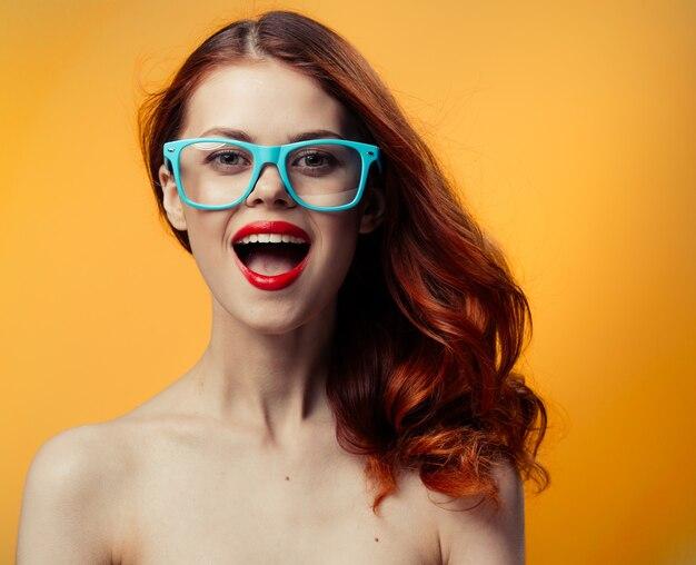 Vrij roodharige vrouw met naakt sleutels rode lippen glazen luxe. hoge kwaliteit foto