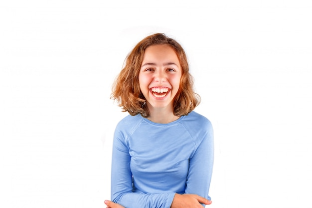 Vrij schattig lachend tienermeisje in klassiek blauw t-shirt