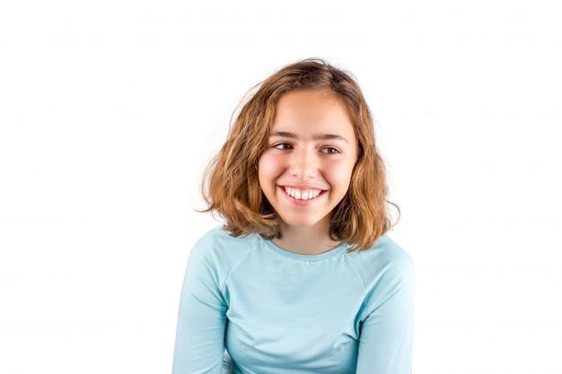 Vrij schattig lachend tienermeisje met krullend haar