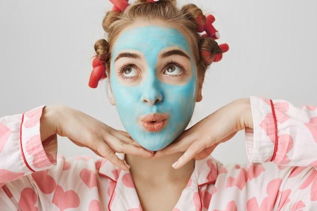 Vrij schattig meisje dat zich mooi voelt als ze thuis huidverzorgingsprocedures doet
