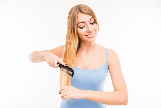 Vrij schattig meisje haar haren kammen